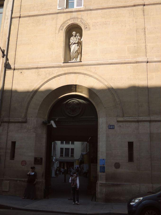 見落とし注意!「奇跡のメダイユ教会」の入口