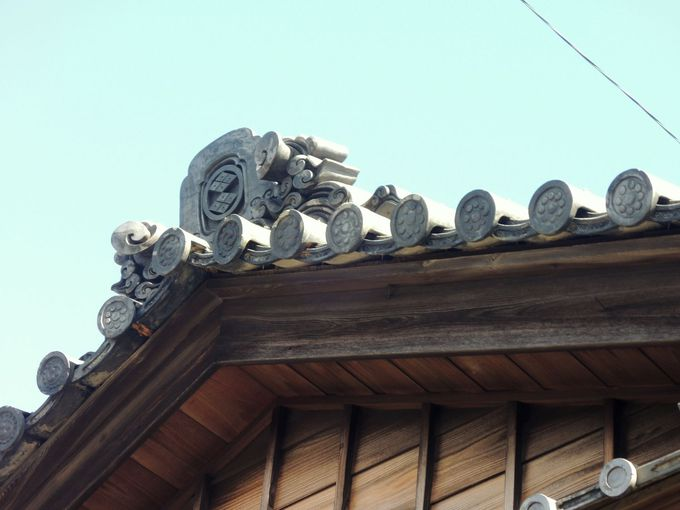 「切り妻屋根」の美しさと意匠の凝った「隅蓋」に注目!