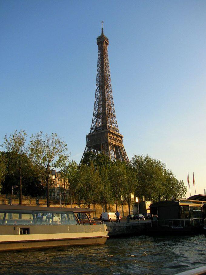 セーヌ川から楽しむパリのシンボル「エッフェル塔」