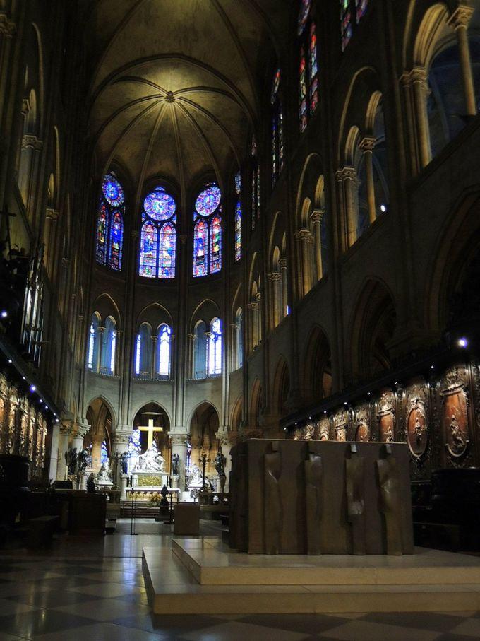 バラ窓やレリーフなどが美しい聖堂内を見学!