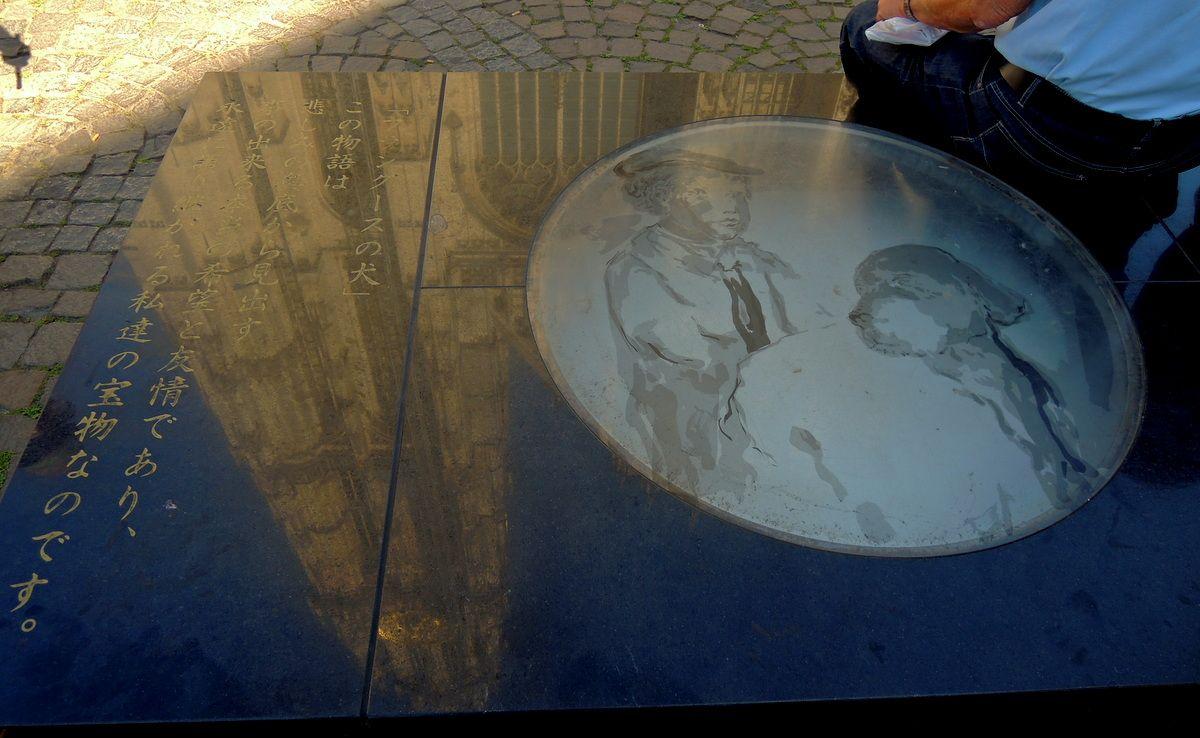 イスにされている記念碑…。似ても似つかないネロとパトラッシュの姿