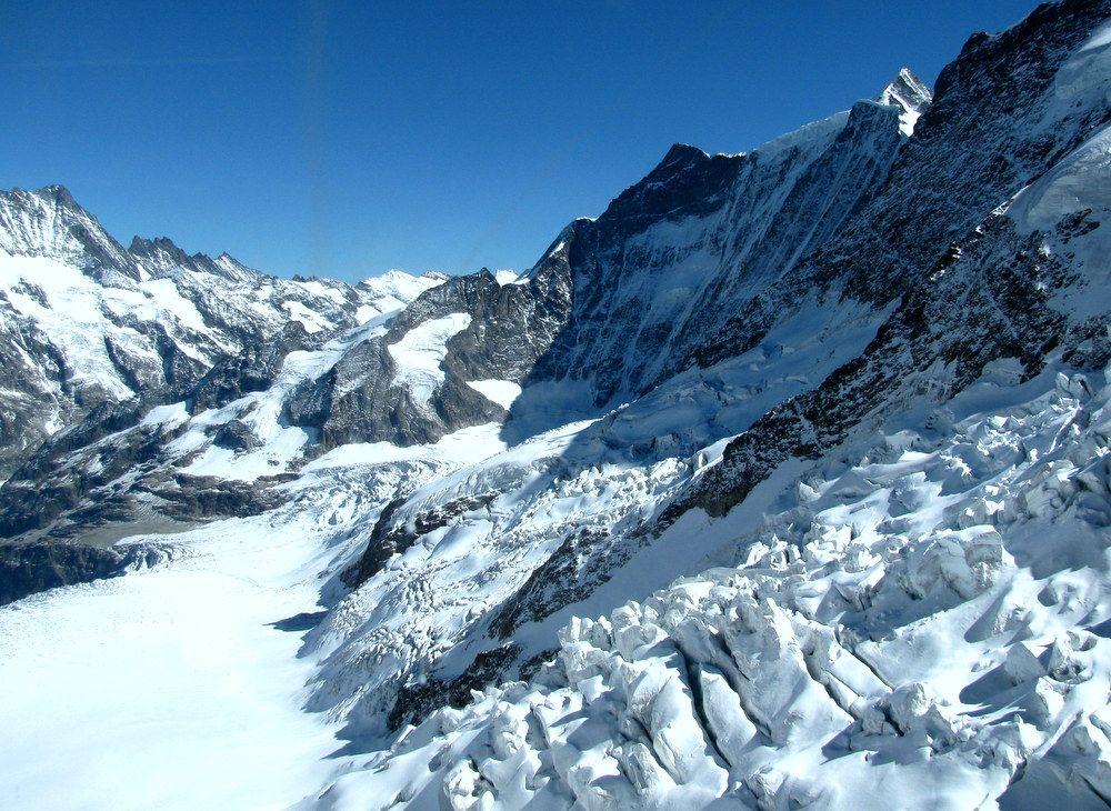 アイガー北壁は登山家の憧れ!アイガーの覗き窓から氷河とクレバスが見える!
