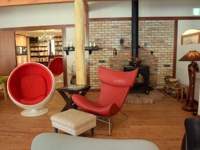椅子マニアも嬉しくなる!高級感あふれるラウンジと自然ライブラリー