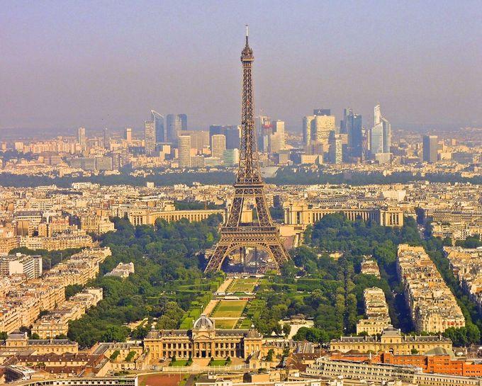 正面にはエッフェル塔!パリのシンボルを眺めながらお食事を!