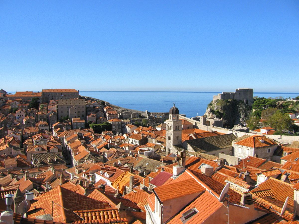 まるで空中散歩!赤い屋根の街並みは世界遺産