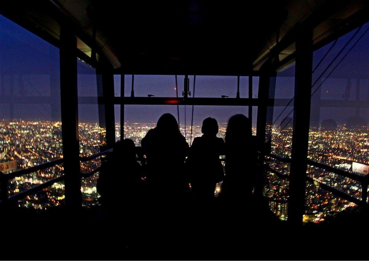 ふわっと空を飛ぶようなロープウェイの眼下に広がる夜景