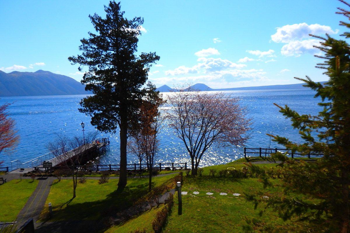 湖畔側の窓から見える景色と天然温泉