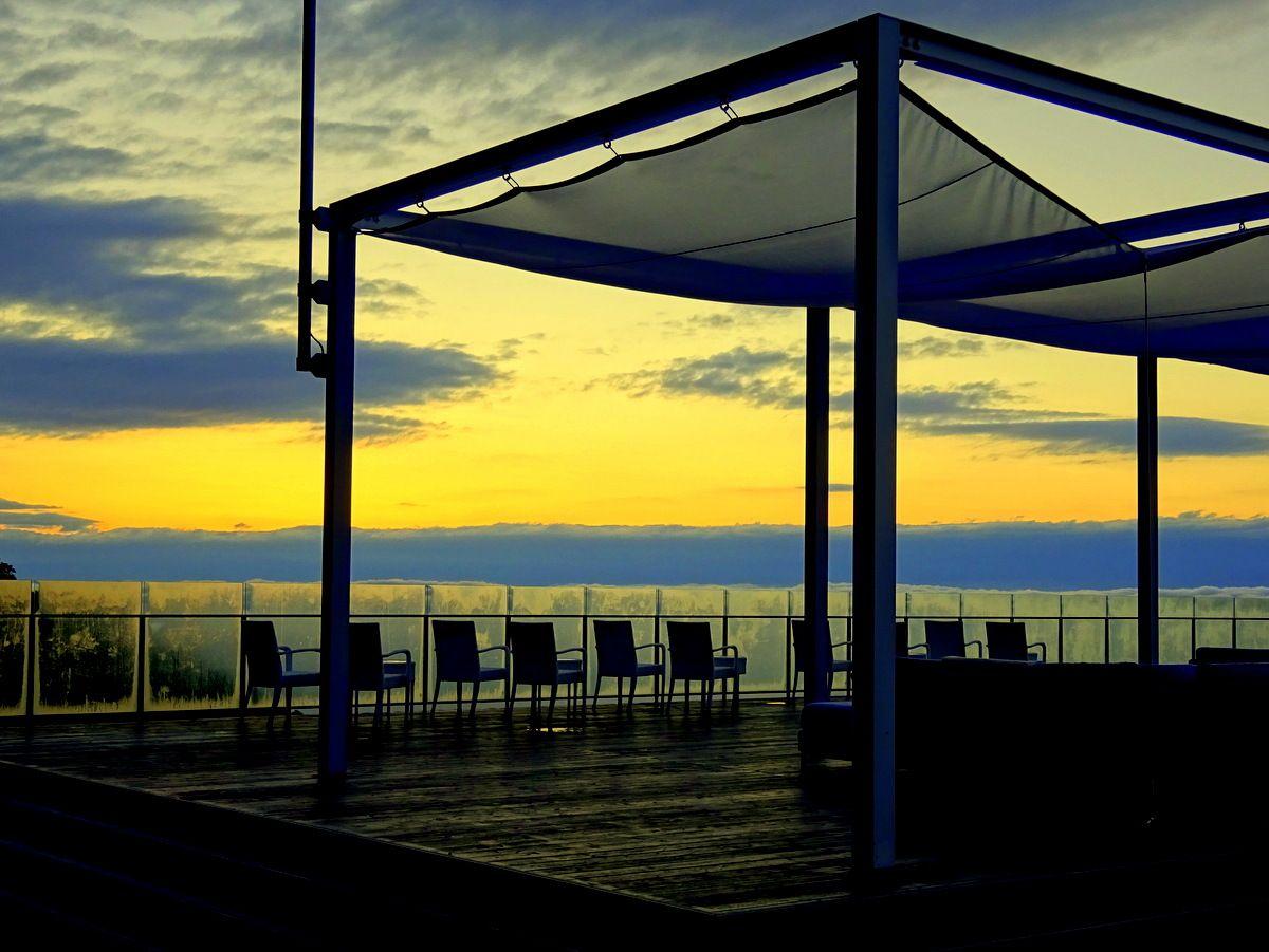雲海テラスの「灯台デッキ」の広々とした空間を独占!