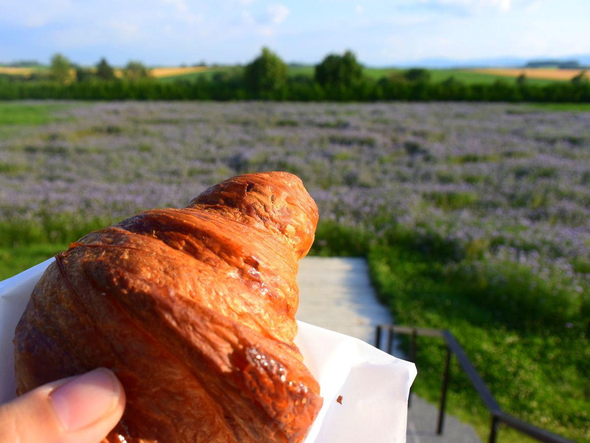 小麦の丘の絶景が見えるレストラン「ビブレ」とブーランジェリー