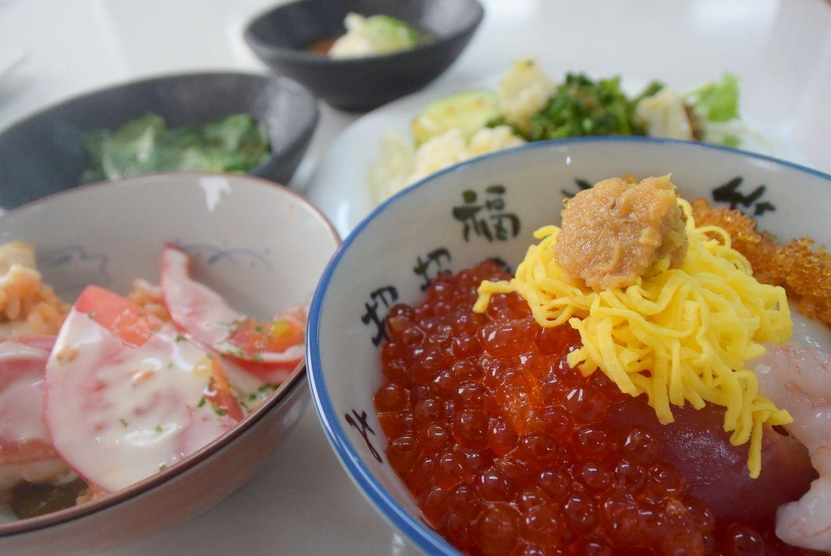 いくらや海鮮で勝手丼!トマトご飯のインパクトと美味しさにビックリ!