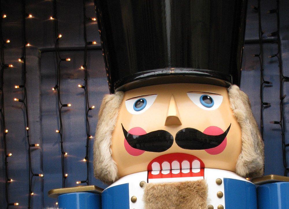 巨大人形がお出迎え!お土産探しは年中クリスマスな雰囲気のお店で