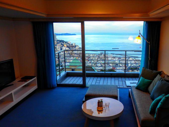 贅沢な景色は客室やホテルのあちこちで楽しめる。「星野リゾート リゾナーレ熱海」の絶景