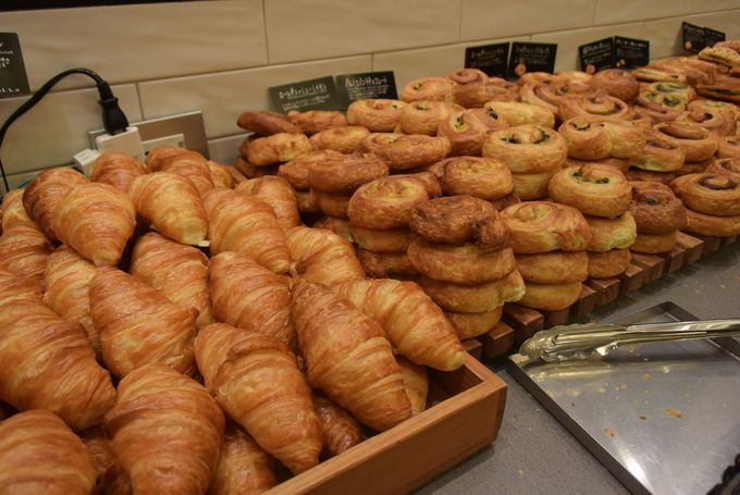 シンプル イズ ベストな無料朝食。焼きたてパンと珈琲が心憎い