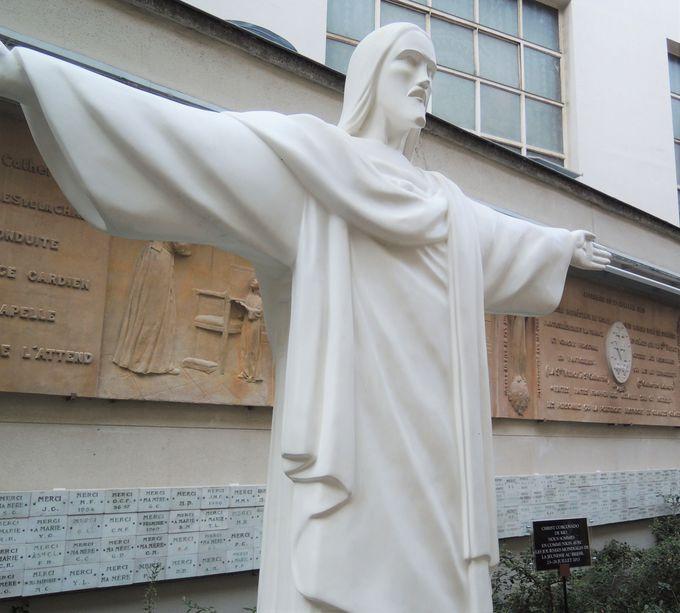 通路には奇跡のレリーフが!聖カタリナに想いを馳せて。