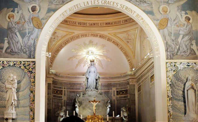 静粛で厳かな光が満ちている!!メダイユ教会の礼拝堂