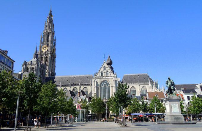 大聖堂前の広場にはルーベンスの像も。アントワープ大聖堂への行き方