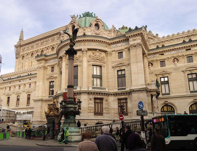 宮殿のようなオペラ・ガルニエの入口は?「シャルル・ガルニエ」を探そう
