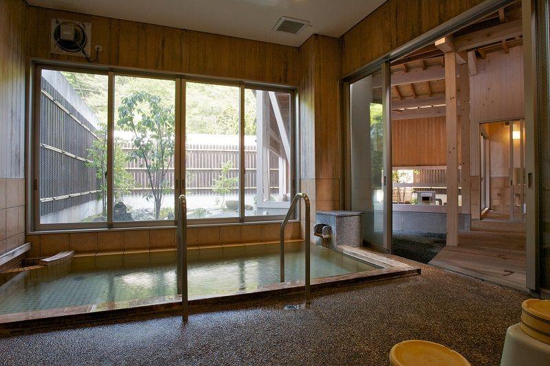 贅沢な源泉かけ流しを堪能できる!内湯から眺める庭園に心安らぐひととき