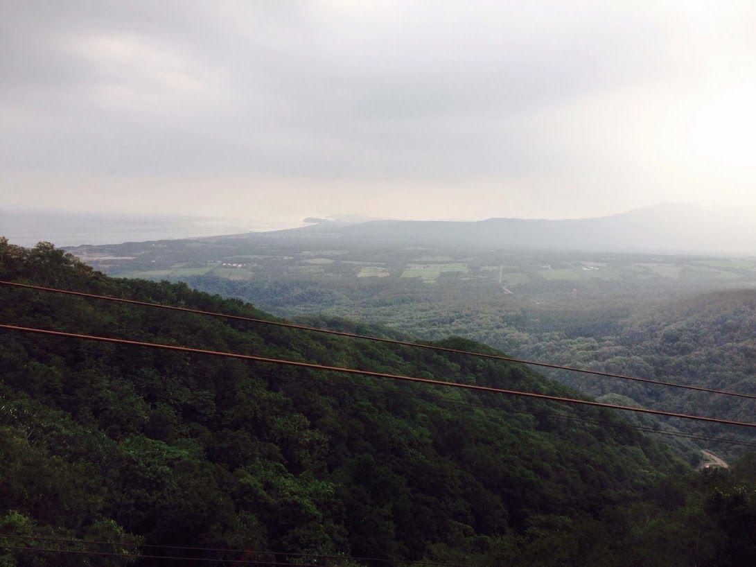 北海道の山並みを眺めながら、ロープウェイで牧場へ