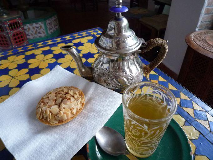 ミントティーとアラブ菓子でグラナダを満喫
