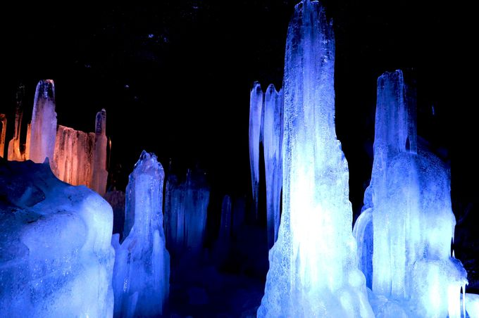 氷ってこんなに美しいの?!富岳風穴の暗闇に浮かび上がる氷にため息