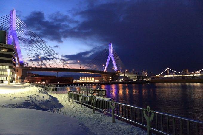 夜の青森港は美しい雪景色が広がる