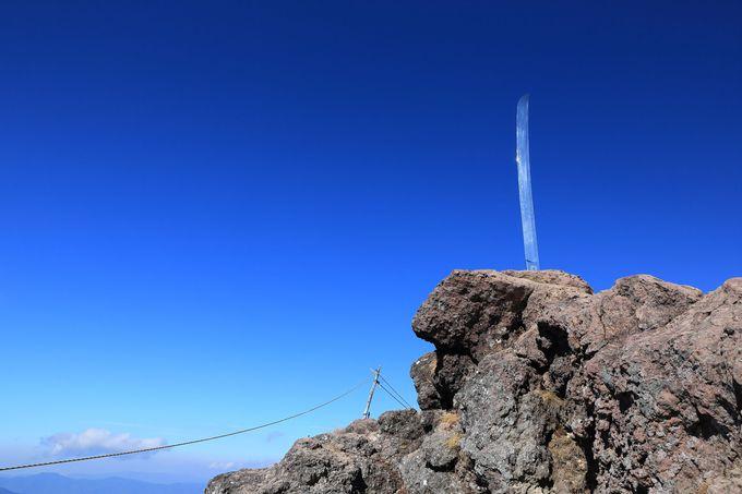 山頂に輝く御神剣をバックに記念撮影を!