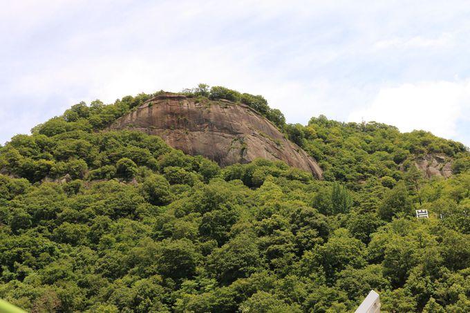 礫岩が大きく露出する「岩殿山」は迫力満点