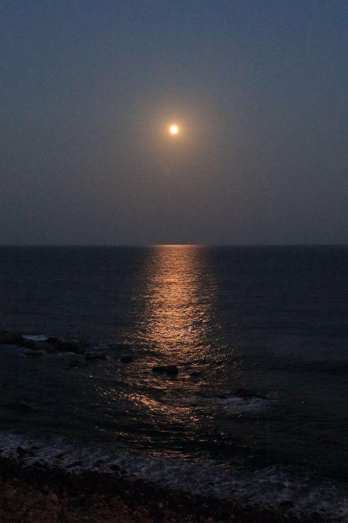 壮大なムーンライトセレナーデ!満月の夜は海辺でロマンティックに