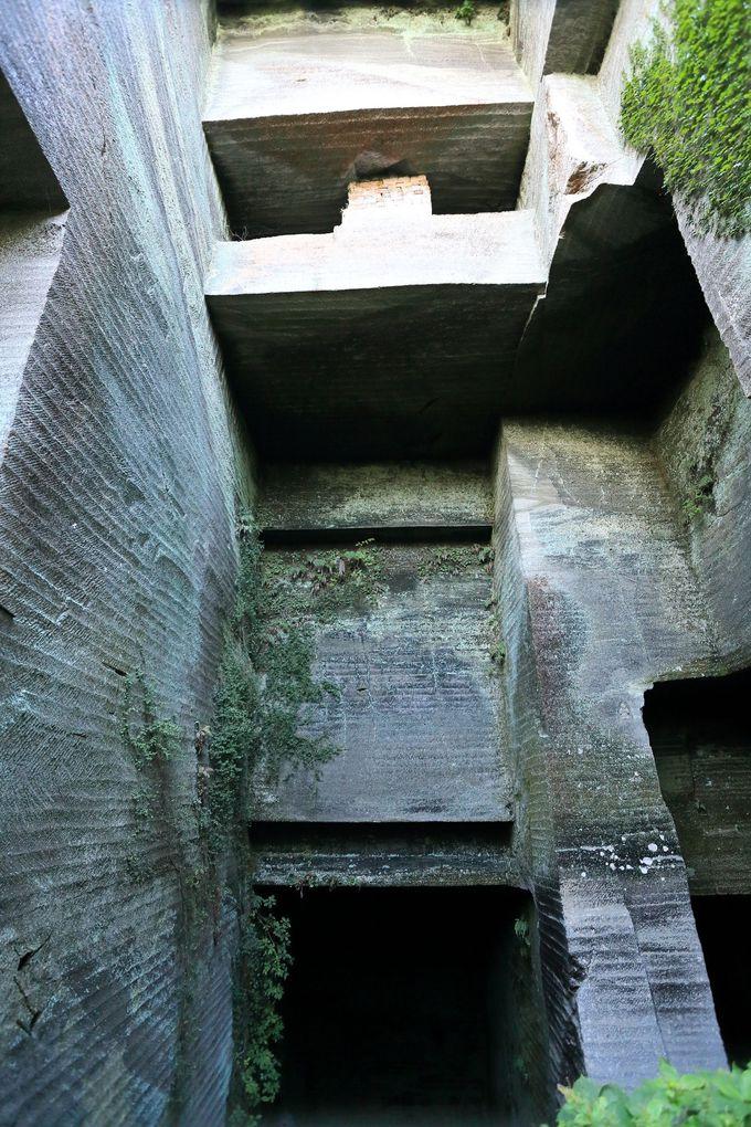 鋭角に切り取られた石切り場!山中に隠れる歴史的モニュメントに驚愕