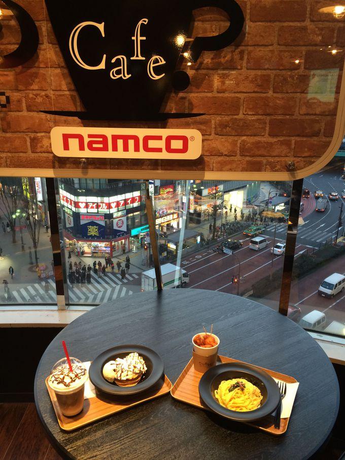 新宿の風景を見下ろしながらカフェタイム