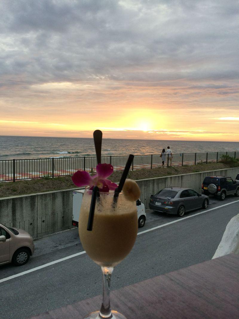 テラス席で北谷の海の夕陽に感動!沖縄・トランジットカフェでリゾートごはん