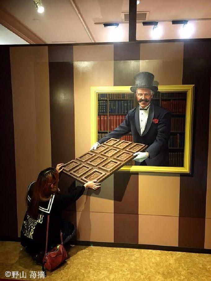 ショコラ伯爵からもらえる大きな板チョコのトリックアート!