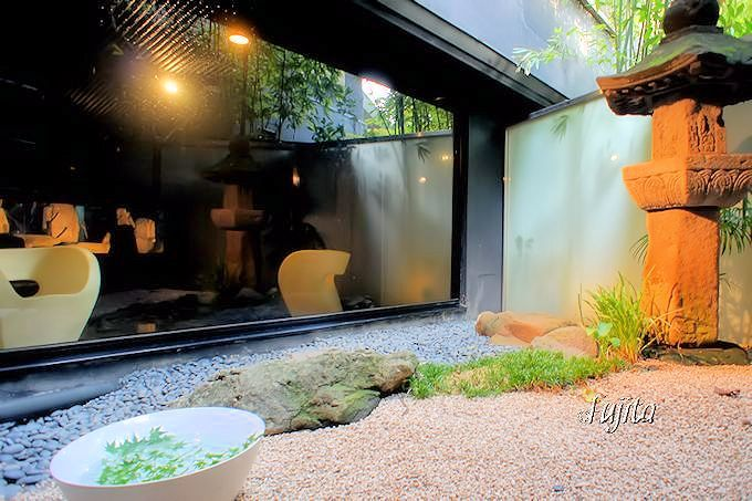 「あらや滔々庵」のアートな特別浴室「烏湯」