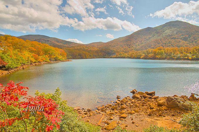 須川温泉栗駒山荘から西へ1km!紅葉が絶景の須川湖