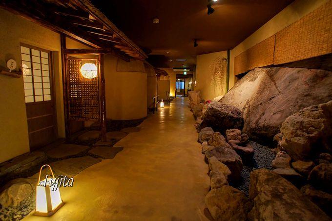 黒川温泉 黒川荘は、館内に門や枯山水風の巨石も