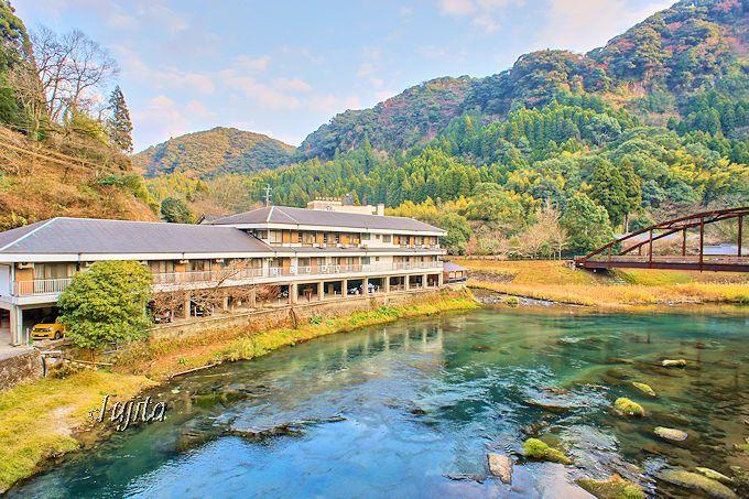 妙見温泉田島本館は、天降川の清流に佇む湯治宿
