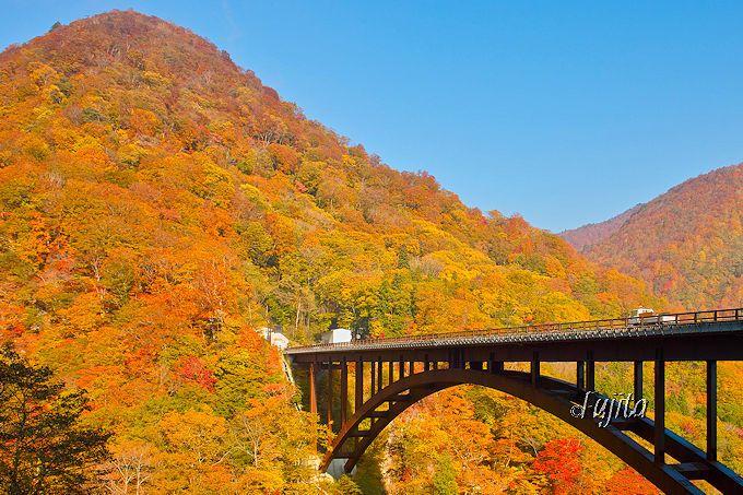 甲子温泉 旅館大黒屋入口の、甲子大橋も紅葉の名所