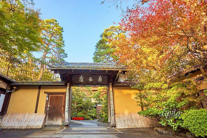 紅葉が出迎える!南禅寺界隈の料理旅館「菊水」は風格ある佇まい