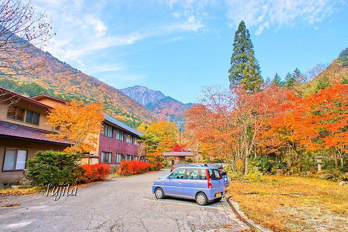 龍神湖に最も近い!葛温泉「仙人閣」も紅葉に包まれる
