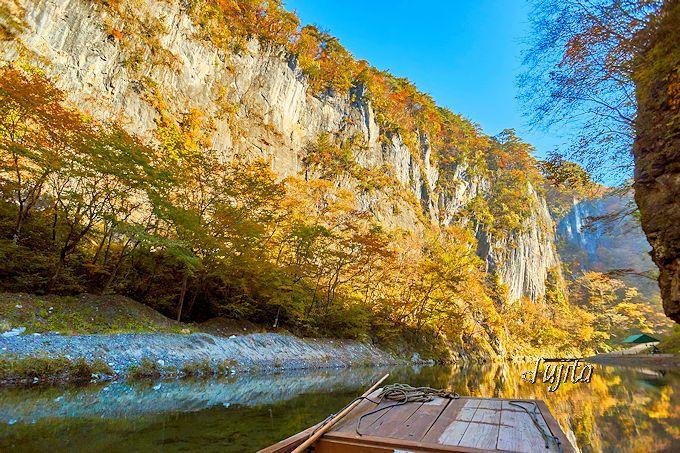 紅葉と断崖絶壁のコラボが凄い!猊鼻渓の錦壁岩