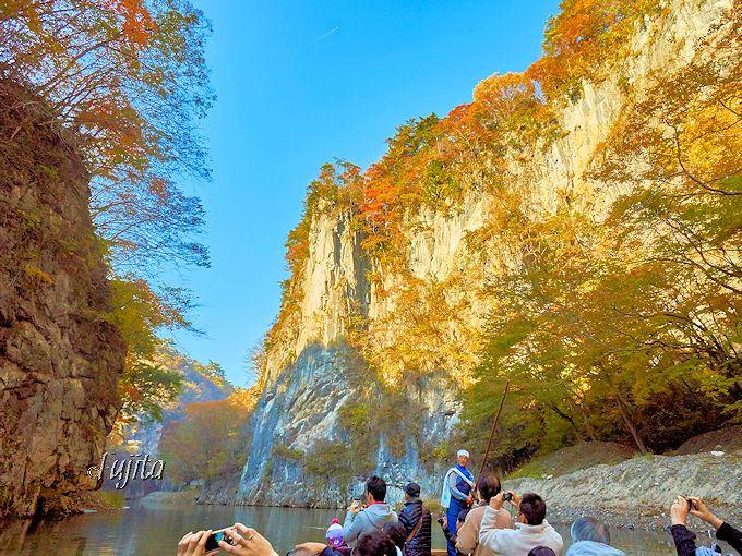 一番の絶景!壮夫岩の紅葉は、猊鼻渓のハイライト