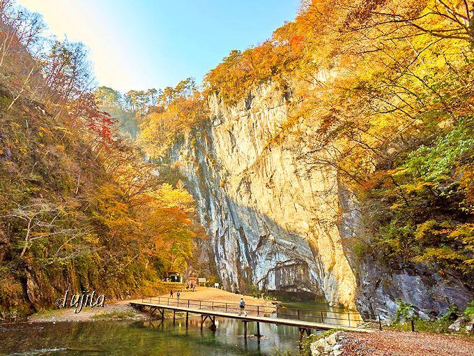 猊鼻渓の名前の由来となった!大猊鼻岩の紅葉