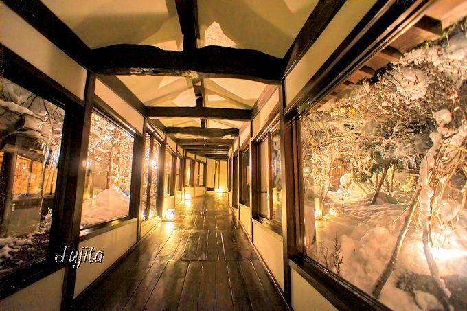 渡り廊下も雪見ライトアップ状態!