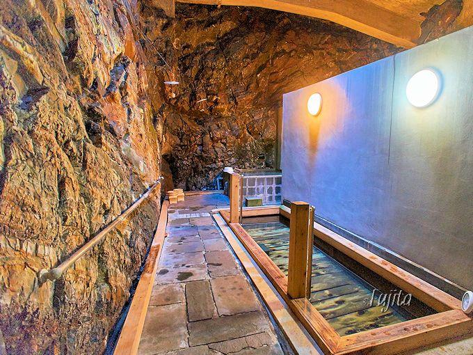 下部温泉「くつろぎの宿 裕貴屋」の洞窟風呂で冒険気分