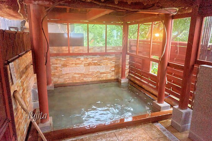 アジアンテイストで重厚感が素晴らしい!貸切半露天風呂「無垢の湯」