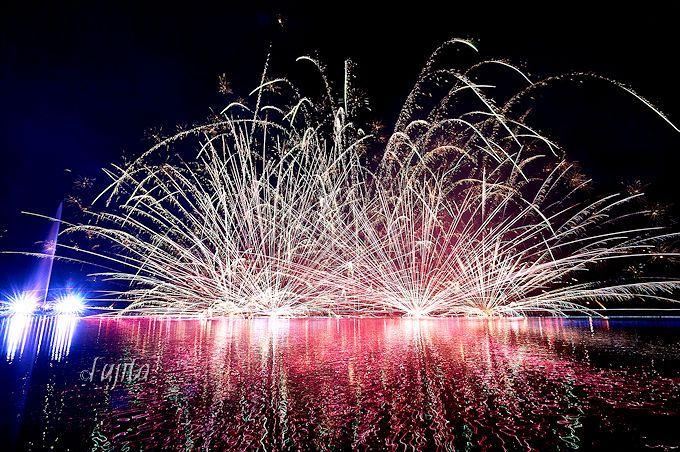 那須りんどう湖花火物語は、打上花火・水上花火・水中花火がコラボ!