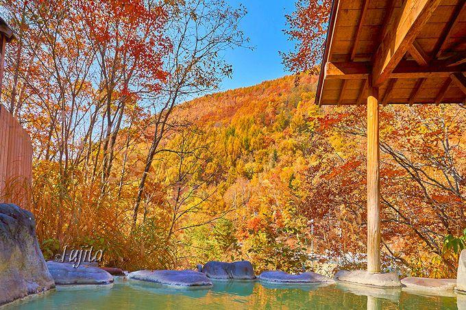 七味温泉紅葉館の露天風呂から紅葉の絶景を一望!