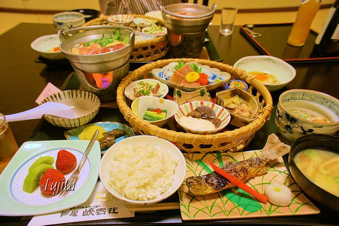 幻の魚と鳥が名物料理!ホロホロ鳥料理とイトウの刺身
