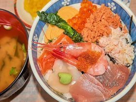 本場の海鮮丼が500円で食べられる!函館・駅二市場「朝市食堂二番館」|北海道|トラベルjp<たびねす>
